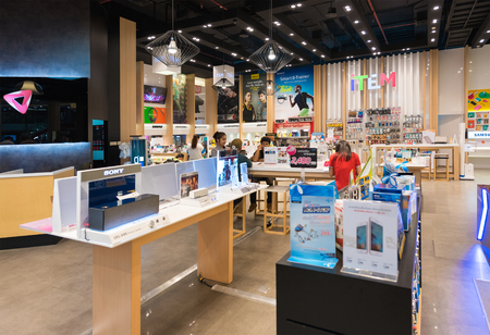 BANGKOK - MARCH 17, 2016: A view at the Item store (electronic goods) in the Siam Paragon Shopping mall. It is one of the biggest shopping centres in Asia. Editoriali