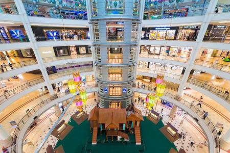 plaza comercial: KUALA LUMPUR - 15 de junio 2016: Personas no identificadas a pie en 6 pisos del centro comercial Suria KLCC. El centro comercial se encuentra en el distrito Centro de Kuala Lumpur, cerca de las famosas Torres Petronas. Editorial