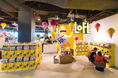 commodities: BANGKOK - 17 de marzo 2016: Una visión en la tienda de loft en el centro comercial Siam Center. Loft es una cadena de tiendas japonesa que vende productos de uso cotidiano. Hay tiendas de franquicia Loft en Japón y Tailandia. Editorial