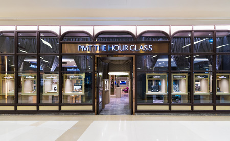 Fachada: BANGKOK - 17 de marzo 2016: PMT la tienda de reloj de arena en el centro comercial Siam Paragon. Establecido en 2008, PMT el reloj de arena es de Tailandia líder minorista de relojes especializados.