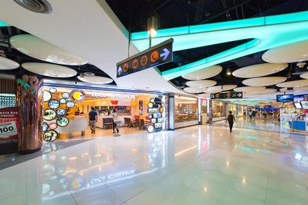 plaza comercial: BANGKOK - 16 de marzo, 2016: La gente camina por el pasillo alineado con restaurantes en el Centro de MBK, un gran centro comercial. Bangkok es uno de los mundos principales ciudades de destino turístico.