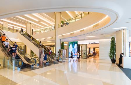 BANGKOK - MARZEC 17, 2016: Ludzie chodzą wśrodku Siam Paragon zakupy centrum handlowego. Jest to jedno z największych centrów handlowych w Azji. Publikacyjne