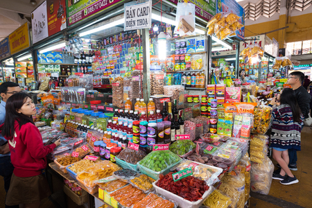 ダラット、ベトナム - 2016 年 8 月 6 日: 人々 は町ダラット中心都市市場では地元料理を購入します。ダラットはいちごだけでなく、そのワインで有名な砂糖漬けのフルーツです。 写真素材 - 64808952