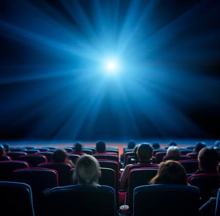 視聴者が映画、長い露出、青色の輝きで青い星を見る 写真素材 - 65216093