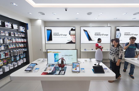 samsung: KUALA LUMPUR - SEPTEMBER 13, 2016: People at the Samsung store in the Suria KLCC. Samsung Electronics Co., Ltd. is the worlds second largest information technology company by revenue, after Apple. Editorial