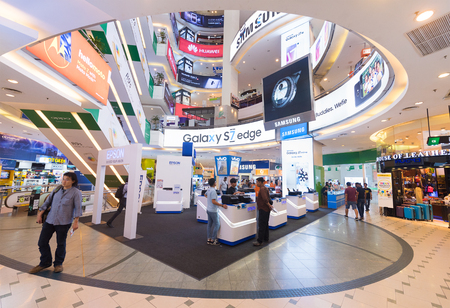 KUALA LUMPUR - MARCH 13, 2017: The interior of Low Yat Plaza. The shopping mall has a wide assortment of IT products. 新闻类图片