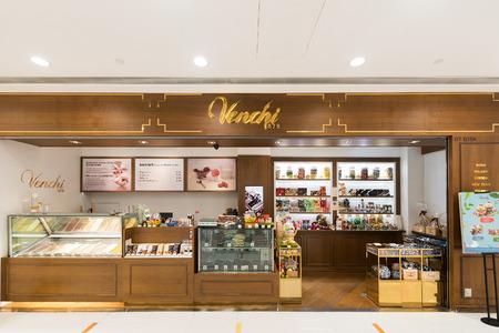 HONG KONG - MAART 16, 2017: De Venchi-banketbakkerij in de Oceaanterminal, Havenstad. Ocean Terminal is een cruiseterminal en winkelcentrum aan Canton Road.