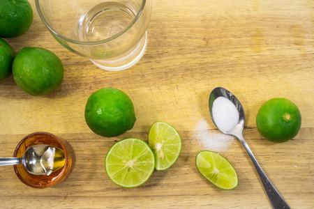 sal: cal y saludable bebida de miel llena de antioxidantes en el proceso de elaboraci�n de un tablero de madera