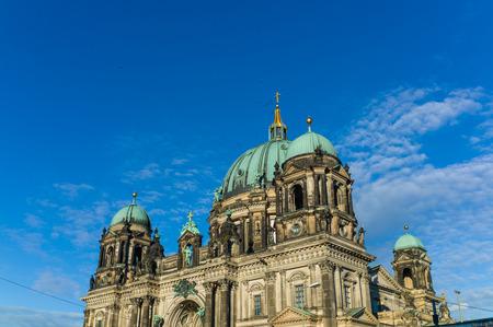 dom: Berliner Dom ou Berlin Dome sur la journ�e ensoleill�e Banque d'images