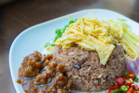 plato de comida: La comida tailandesa, arroz mezclado con pasta de camarones Foto de archivo