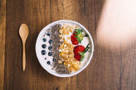 Yogurt with strawberry, blueberry, chia seed and cornflake film look style Foto de archivo