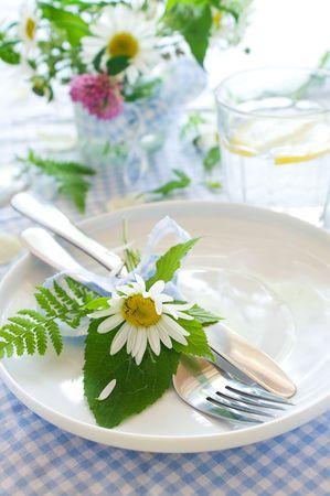 decoracion mesas: cubiertos con arco y flor silvestre en placa