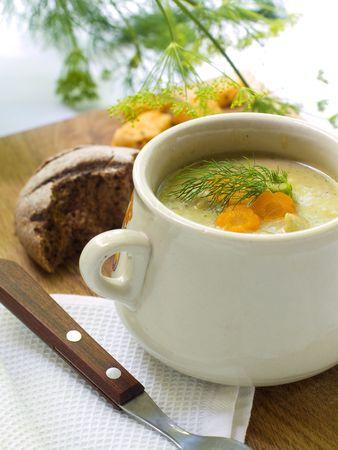 zapallo italiano: Un taz�n de sopa de verduras cremoso  Foto de archivo
