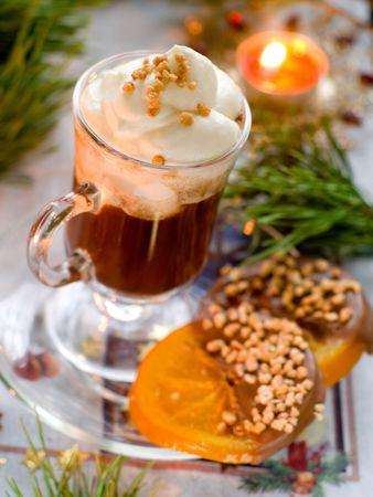 cappuccino: Caf� de No�l avec sweet orange avec un arbre de No�l Banque d'images