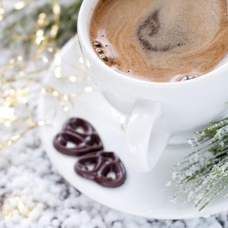 cioccolato natale: Tazza di caff� con cuori di cioccolato e decorazioni di Natale