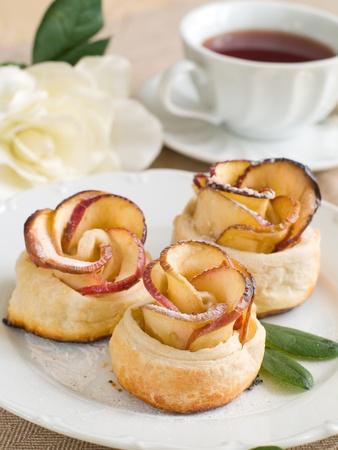 apple cinnamon: Torte di Apple con una tazza di t� come fiore