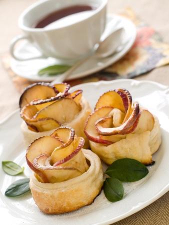 afternoon: Pasteles de Apple con una taza de t� como la flor Foto de archivo