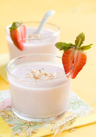 Joghurt Frühstück mit Erdbeeren und Haferflocken Standard-Bild