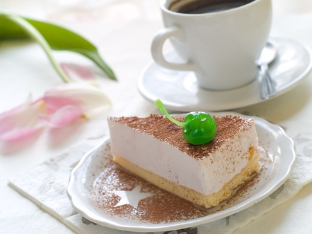 trozo de pastel: Tarta de queso con caf� fresco y flor en segundo plano