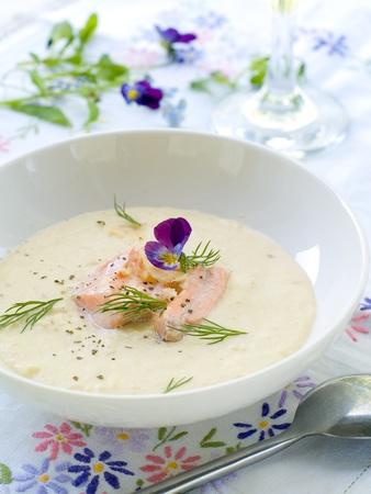 cremoso: Un taz�n de Sopa cremosa con salm�n. Shalow profundidad, enfoque selectivo