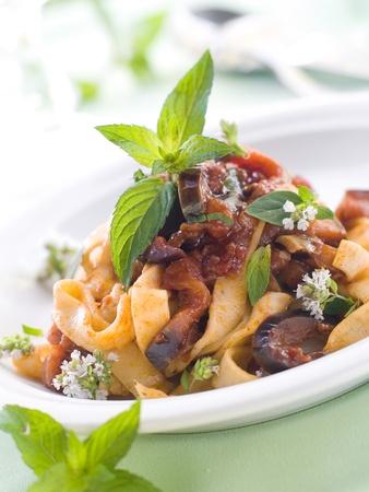 berenjena: Tagliatelle con el calabac?n y salsa de tomate y hierbabuena. Enfoque selectivo