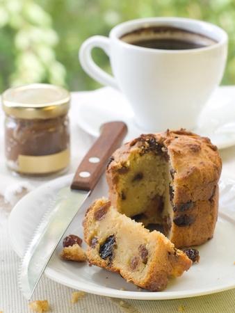 tarde de cafe: Caf� de la tarde se sirve con una magdalena gourmet Foto de archivo