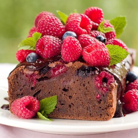 Schöne Schokoladenkuchen mit frischen Beeren. Tiefenschärfe