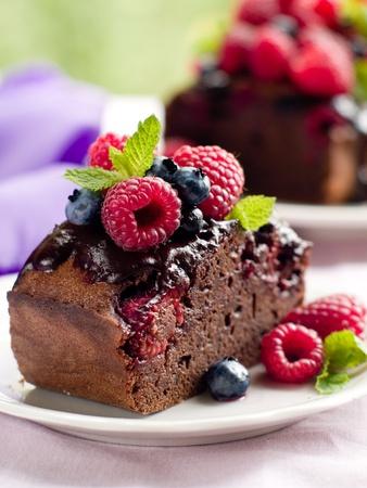 slice cake: Torta al cioccolato con frutti di bosco freschi Bella. Messa a fuoco selettiva