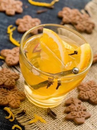 galletas de jengibre: Bebida caliente con naranja y galletas de jengibre. Enfoque selectivo