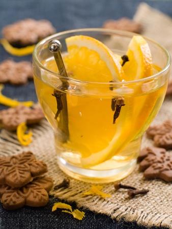 galletas de jengibre: Bebida caliente de naranja con galletas de jengibre. Enfoque selectivo