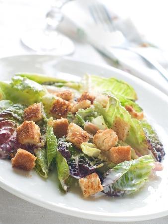 ensalada cesar: Ensalada de lechuga fresca con picatostes y queso, enfoque selectivo