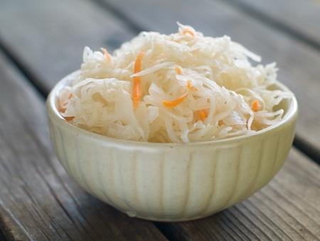 Zuurkool met wortel in een kom, selectieve aandacht