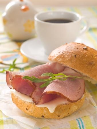 Sandwich mit Käse und Schinken zum Frühstück, selektiven Fokus