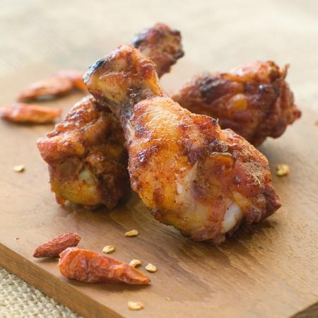 alitas de pollo: Alas de pollo fritas con chile, enfoque selectivo Foto de archivo