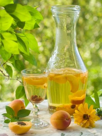 Ein Glas Obst-Likör auf natürlichen Hintergrund, selektiven Fokus