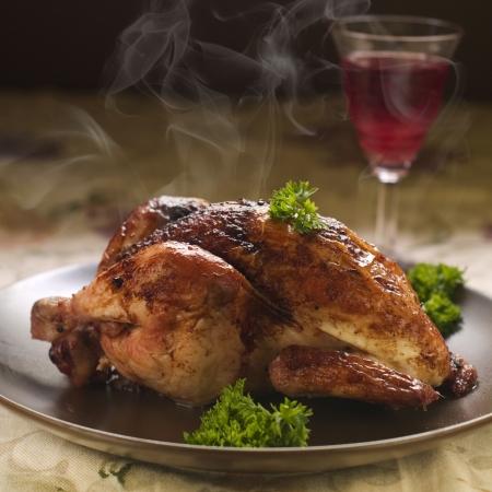 Gebackene ganzes Huhn mit Petersilie zum Abendessen, selektive fous Standard-Bild