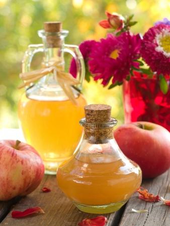 Apple cider azijn in een glazen fles, selectieve aandacht