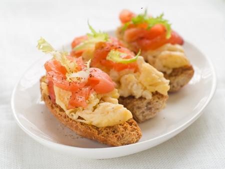salmon ahumado: Pan con huevos revueltos y salm�n, enfoque selectivo Foto de archivo