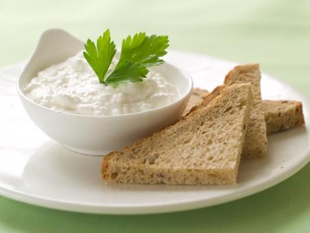 cottage cheese: Pane con la ricotta tuffo, messa a fuoco selettiva