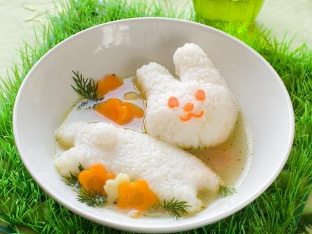 Hühnersuppe mit Reis Kaninchen, selektiven Fokus. Schuss für eine Geschichte auf hausgemachte, organische, gesunde Babynahrung.