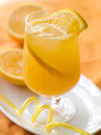 mango fruta: Fr�a fresca limonada de naranja, enfoque selectivo