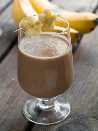 batidos frutas: Batido de chocolate con pl�tano, atenci�n selectiva Foto de archivo