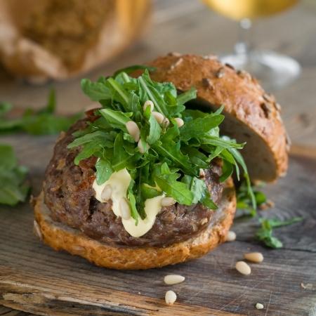 pignons de pin: Hamburger avec hamburger, roquette et pignons de pin, mise au point s�lective