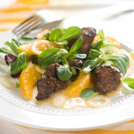 higado de pollo: Ensalada con el h�gado de pollo y naranja, enfoque selectivo
