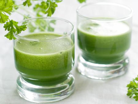 Grüne Detox-Smoothie mit Gurke, Apfel, Spinat und Sellerie, selektiven Fokus