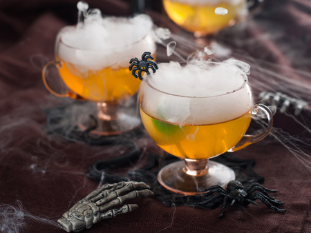 bebidas frias: Bebida de Halloween para el partido, enfoque selectivo
