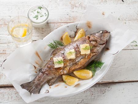 pescado frito: Pescado a la plancha con mantequilla y limón, enfoque selectivo Foto de archivo