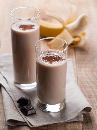 licuado de platano: Chocolate y batido de pl�tano (batido) en vidrio, enfoque selectivo
