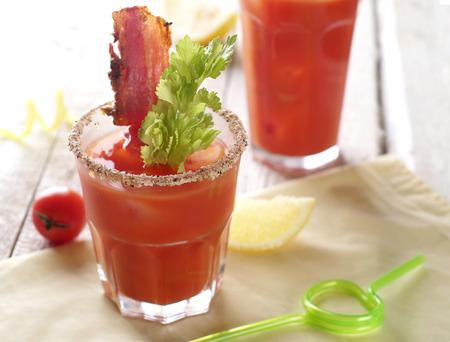 coctel de frutas: Cóctel Bloody mary con tocino y apio enfoque selectivo