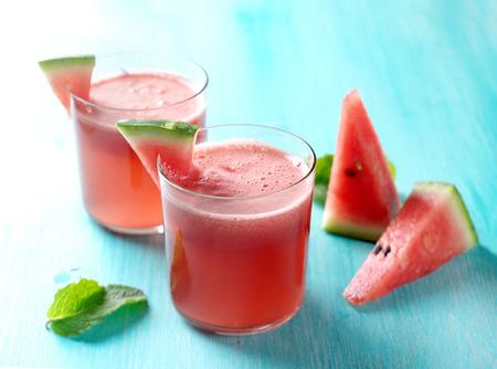 vaso de jugo: Sand�a limonada con menta en vidrio, enfoque selectivo